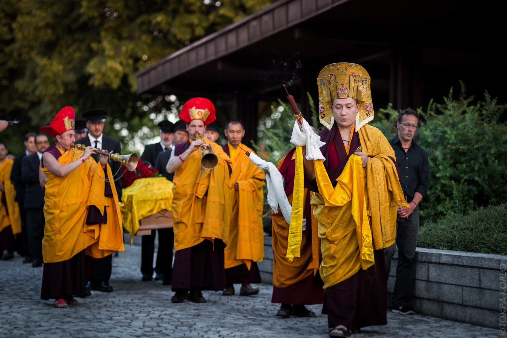 The 17th Karmapa Thaye Dorje escorts Shamar Rinpoche's body out of the funeral hall in Renchen, Germany. Photographer: Tokpa Korlo