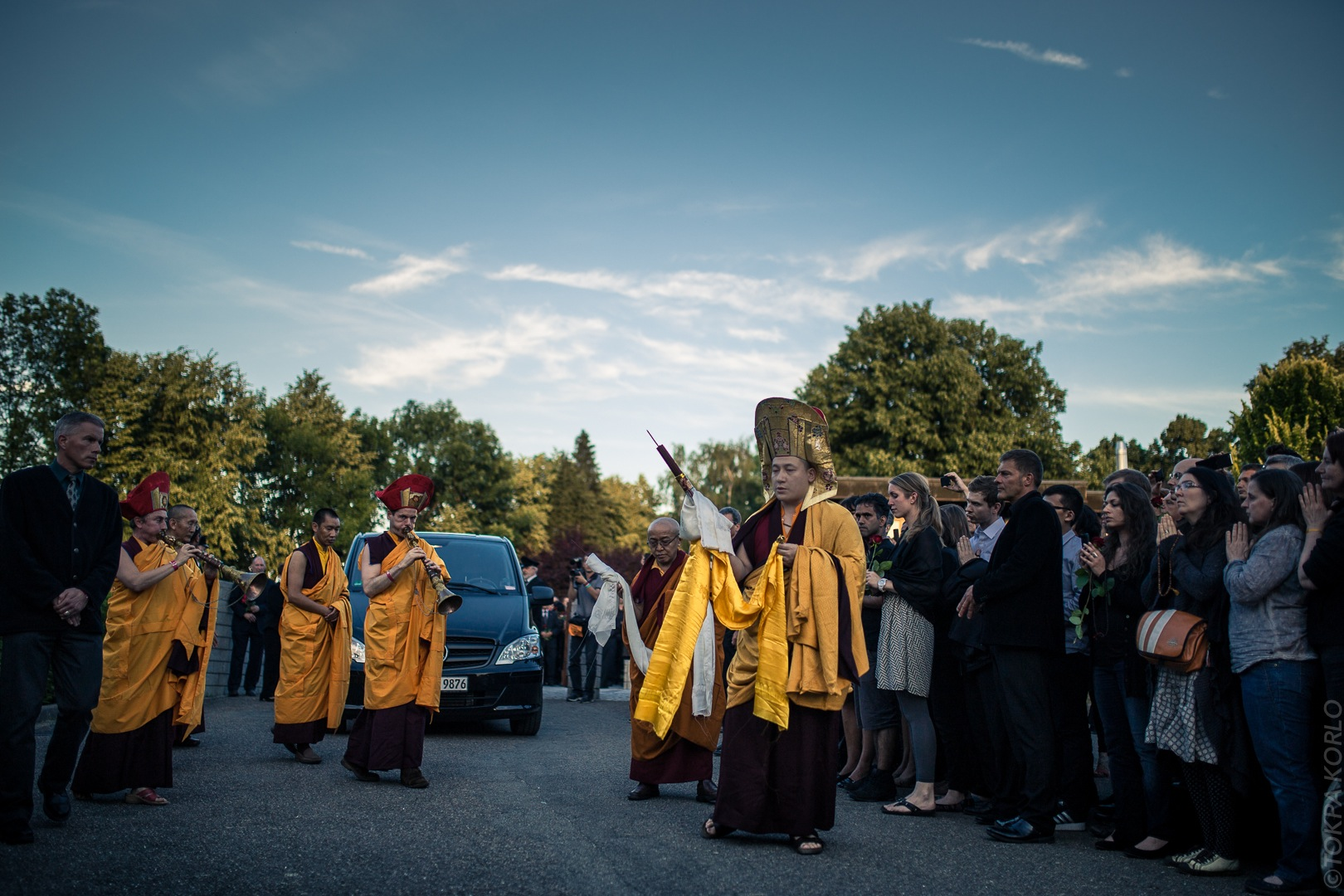 The 17th Karmapa Thaye Dorje escorts Shamar Rinpoche's body out of the funeral hall in Renchen, Germany - Photographer: Tokpa Korlo
