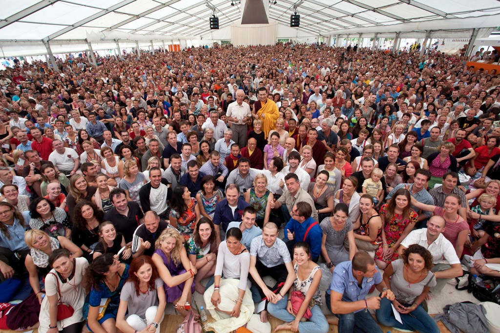 Photo of the thousands of participants at the meditation course with H.H. 17th Karmapa and Lama Ole Nydahl